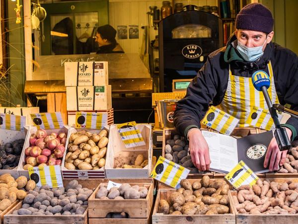 Theo Lindinger vom Kartoffelstand Caspar Plautz hat ein Kochbuch geschrieben