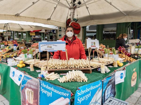 Spargelkauf auf dem Münchner Viktualienmarkt
