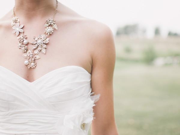 Braut mit großer Kette