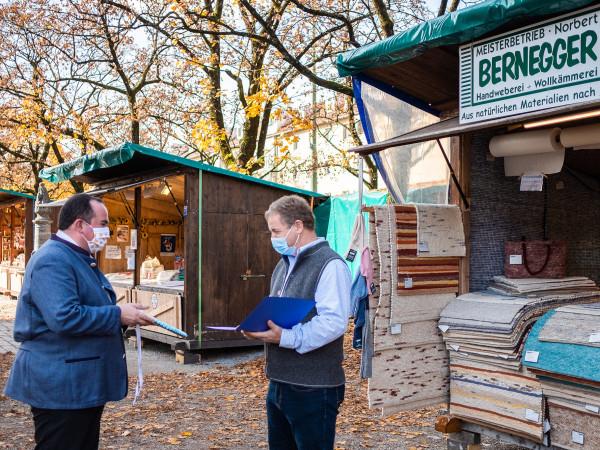 RAW-Chef Clemens Baumgärtner ehrt Norbert Bernegger für 25 Jahre Auer Dult