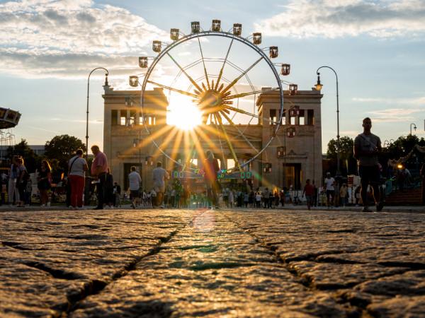 Der Königsplatz abends bei Sommer in der Stadt