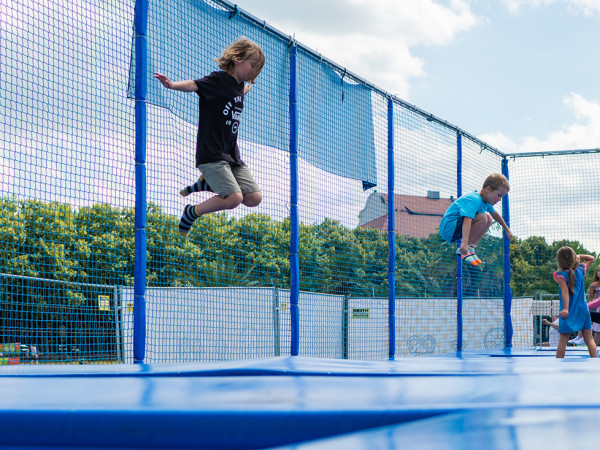 Trampolin springen auf der Theresienwiese
