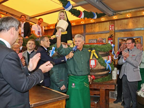 Mit nur zwei Schlägen zapfte Münchens OB Dieter Reiter das erste Fass an.