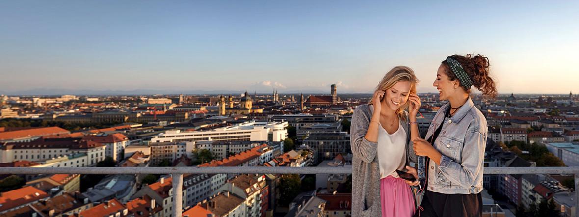 Zwei Frauen auf einer Dachterrasse