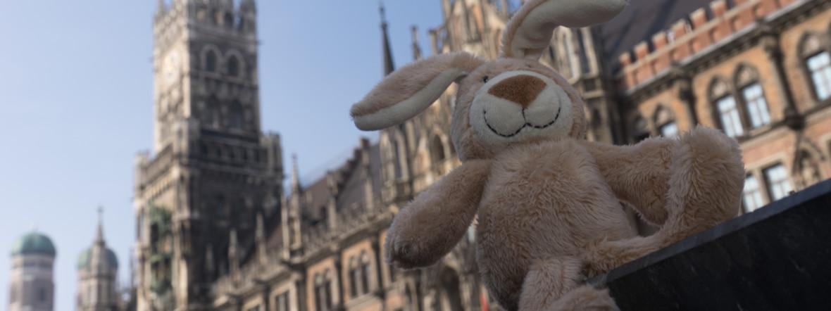 Osterhase vor dem Rathaus