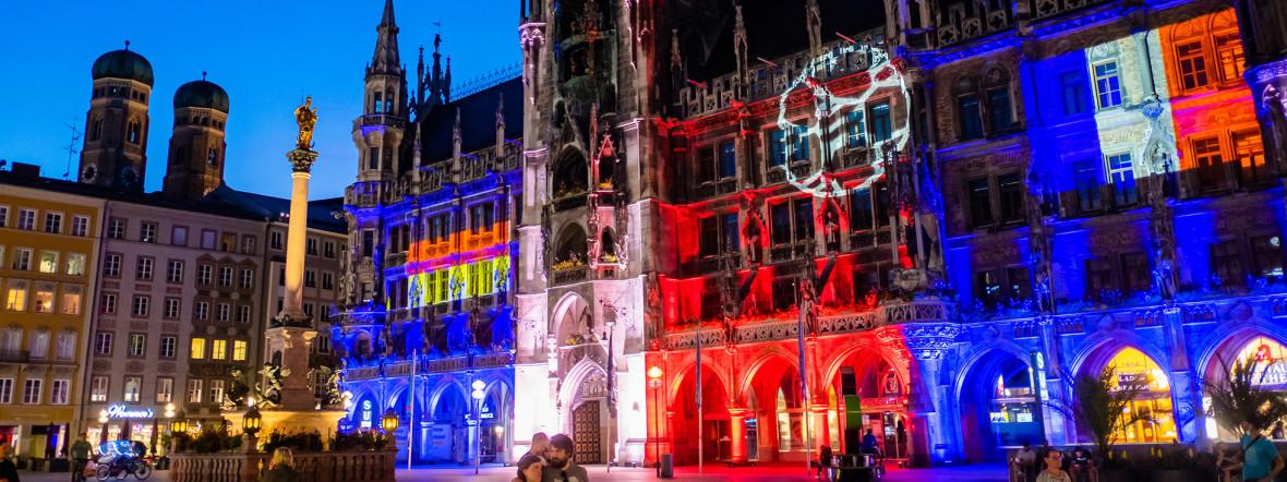 Das beleuchtete Münchner Rathaus zur UEFA EURO 2020