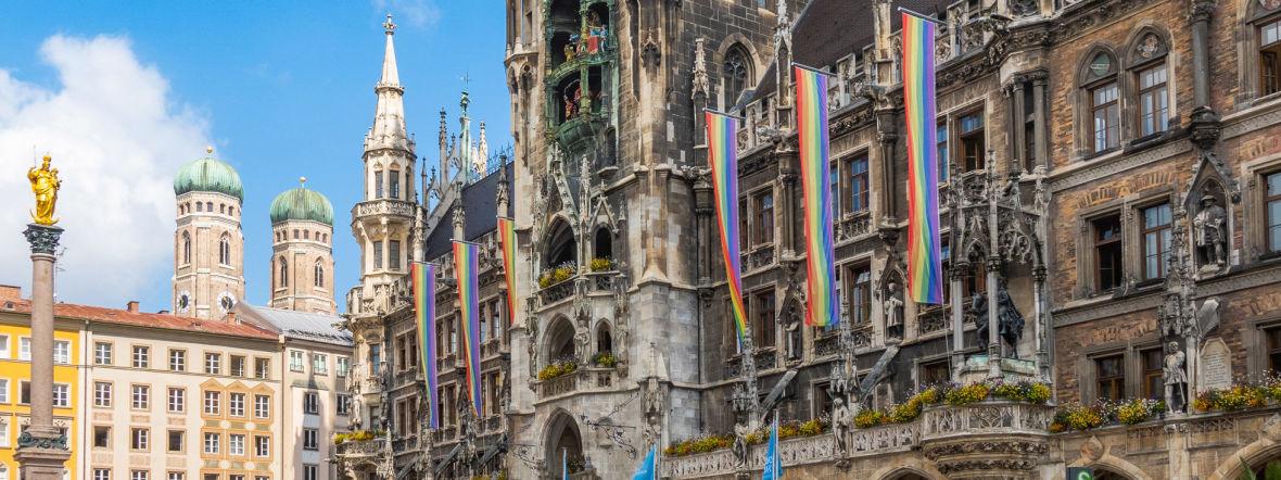 Regenbogenflaggen am Neuen Rathaus