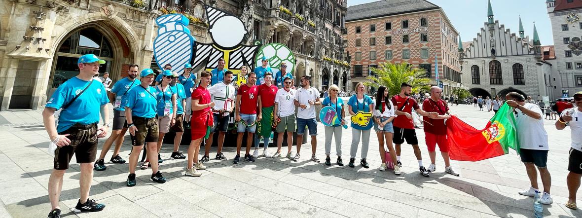Volunteers und portugiesische Fans auf dem Marienplatz