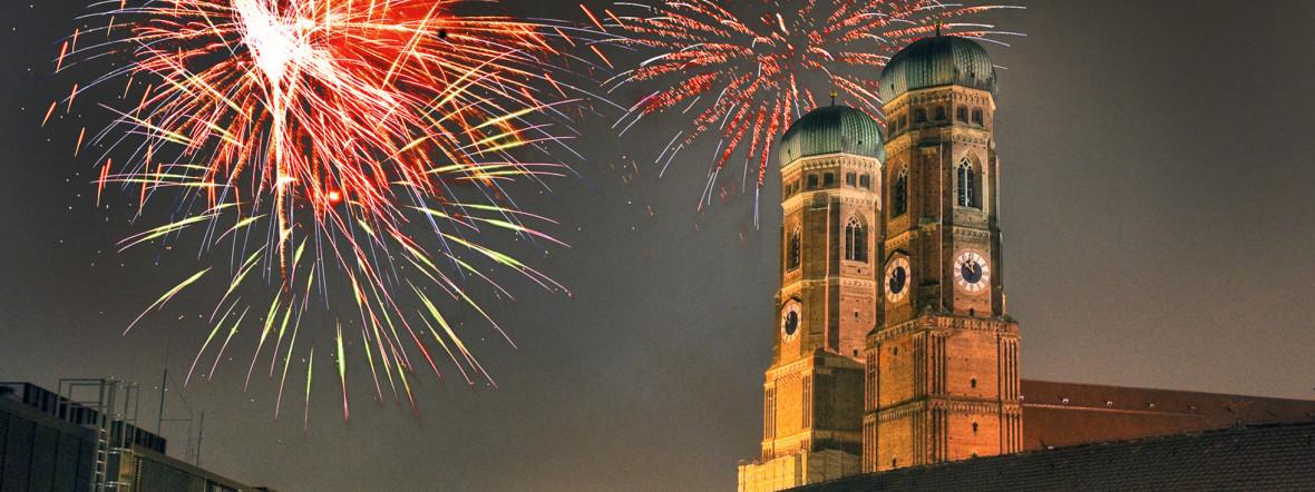 Frauenkirche mit Feuerwerk zu Silvester