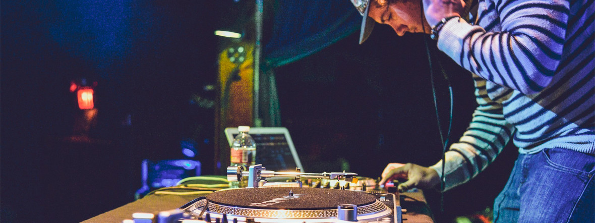 DJ an den Turntables