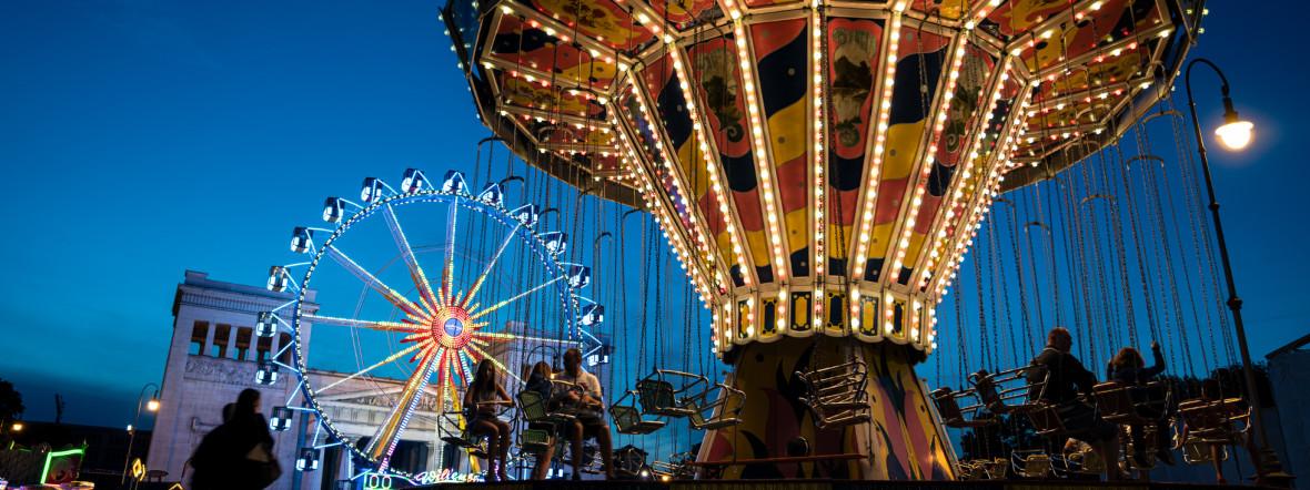 Riesenrad am Königsplatz bei Sommer in der Stadt