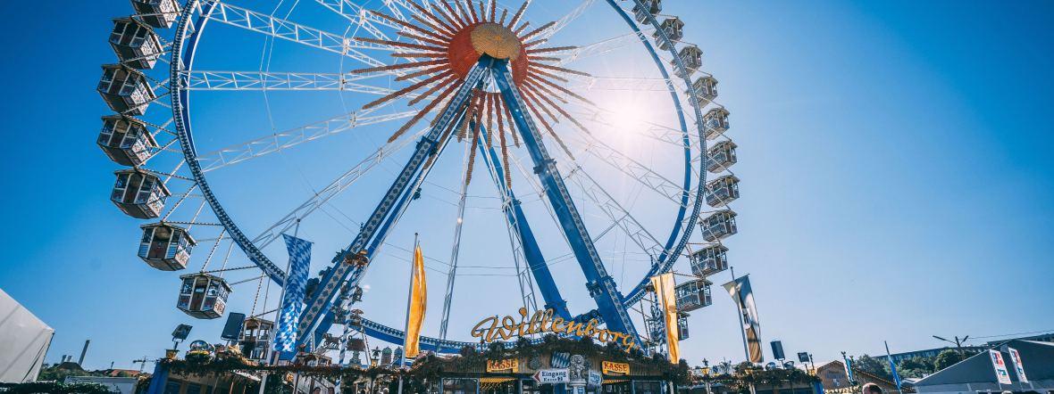 Das Oktoberfest-Riesenrad bei Sonnenschein