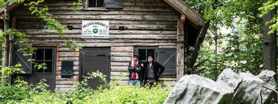 Ecco Meineke (links) und Sven Kemmler vor der Höllentalangerhütte im Alpinen Museum auf der Praterinsel