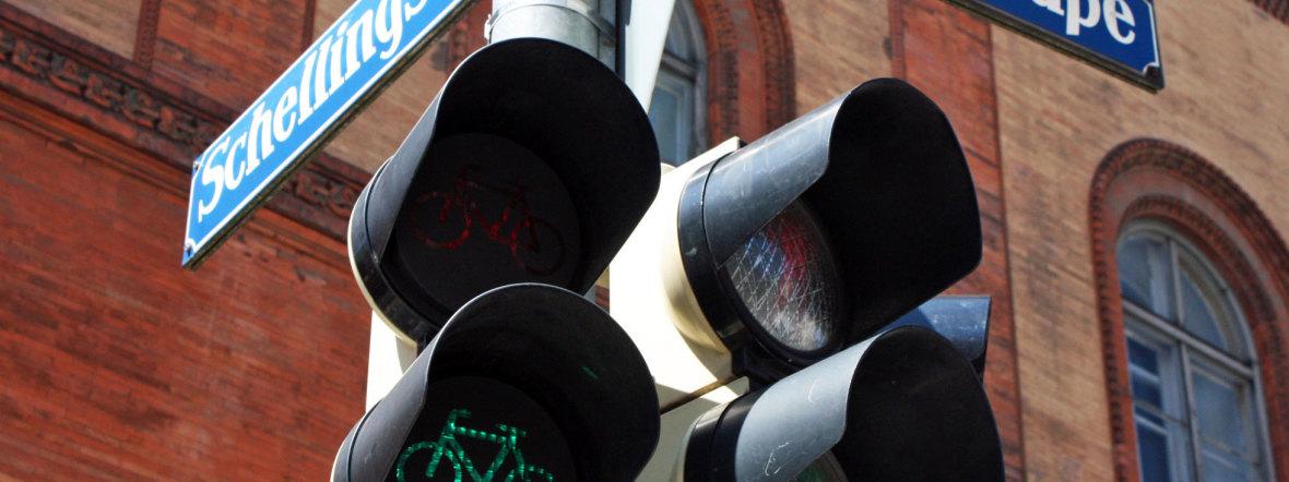 Schellingstraße Straßenschild mit Fahrradampel, Foto: muenchen.de/Leonie Liebich