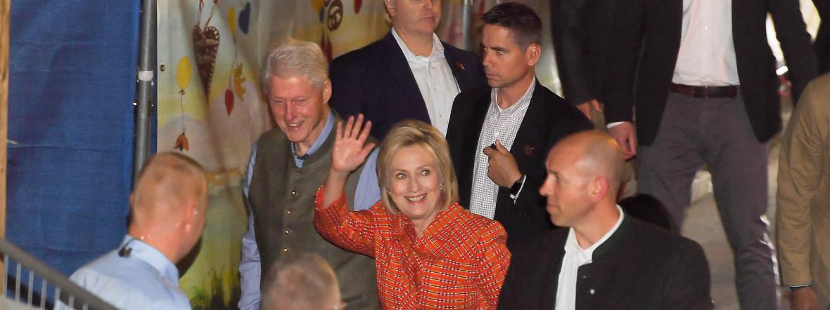 Bill Clinton (M links), ehemaliger Präsident der USA und seine Frau Hillary kommen am Käfer-Festzelt auf dem Oktoberfest an, Foto: picture alliance/Tobias Hase/dpa
