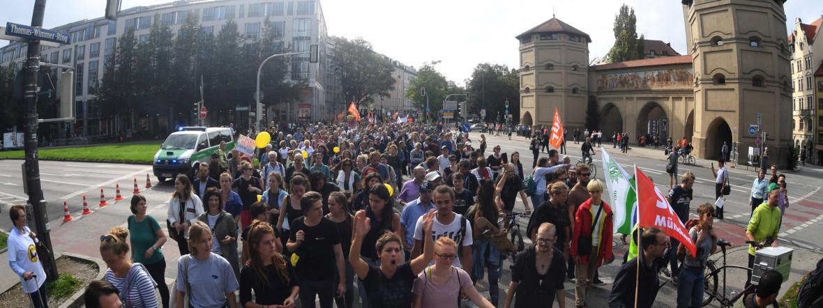 Teilnehmer einer Demonstration für bezahlbaren Wohnraum und gegen soziale Ausgrenzung unter dem Motto #ausspekuliert ziehen mit einem Banner durch die Stadt und gehen am Isartor (r) vorbei., Foto: picture alliance/Felix Hörhager/dpa
