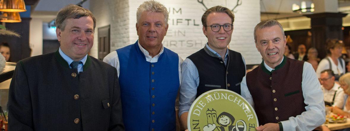 (v.l.n.r.) Lorenz Stiftl (Zum Spöckmeier), OB Dieter Reiter, Stefan Stiftl (Zum Stiftl) und Gregor Lemke (Augustiner Klosterwirt), Foto: Zum Stiftl