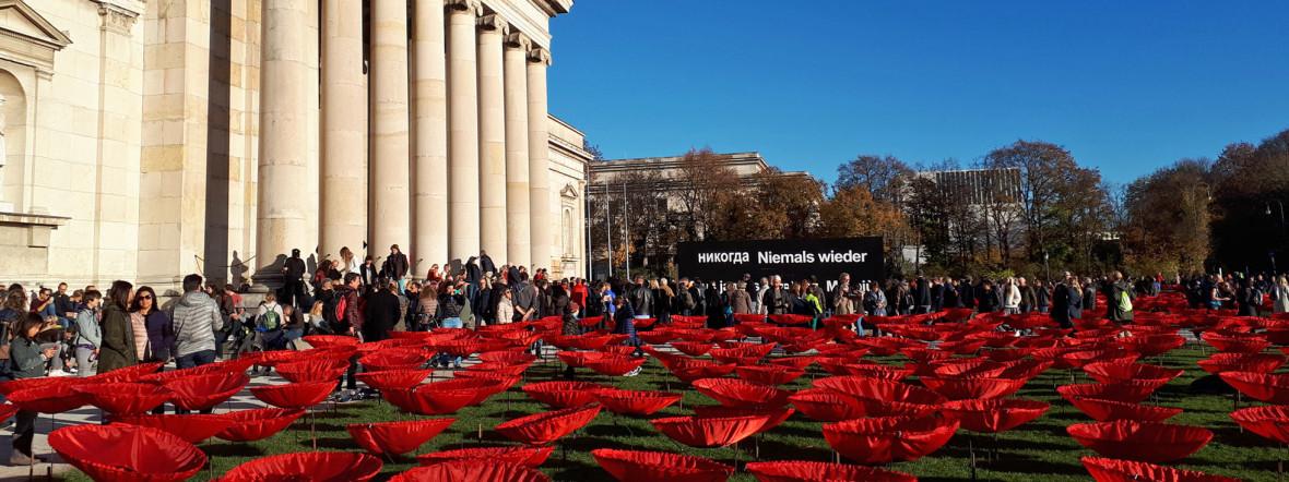 """Der Künstler Walter Kuhn und seine Helfer """"pflanzten"""" für """"Never again"""" auf den Freiflächen 3.000 Mohnblumen aus Kunstseide., Foto: Ingrid Gardill"""