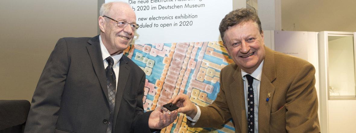 Hans-Joachim Schulze (li.), Senior Principal in der Entwicklung von Infineon, übergibt dem Generaldirektor des Deutschen Museums, Wolfgang M. Heckl, den Transistor. , Foto: Deutsches Museum