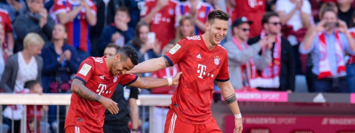 Torschütze Niklas Süle (r) feiert seinen Treffer mit Thiago. , Foto: picture alliance/Matthias Balk/dpa