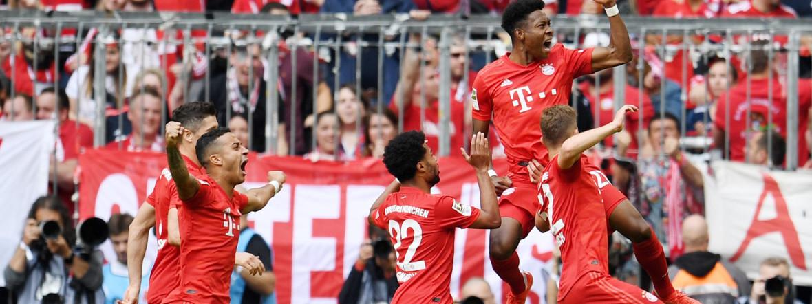 Die Bayern-Spieler feiern das vorentscheidende 2:1 von David Alaba gegen Eintracht Frankfurt., Foto: picture alliance/Tobias Hase/dpa