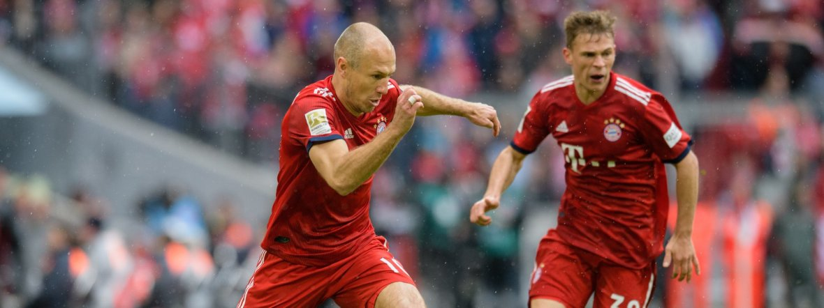 Arjen Robben (links) spielt neben Joshua Kimmich vom FC Bayern im Spiel gegen Hannover 96 am 4.5.2019, Foto: picture alliance/Matthias Balk/dpa