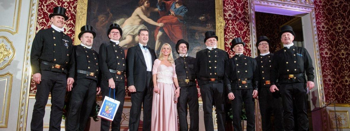 Markus Söder und seine Frau Karin Baumüller-Söder empfangen eine Gruppe von Schornsteinfegern auf dem Neujahrsempfang, Foto: picture alliance/Matthias Balk/dpa