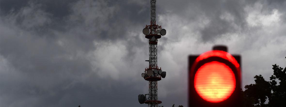Dunkle Wolken ziehen über dem Sendeturm des Bayerischen Rundfunks in Freimann vorbei. , Foto: picture alliance/Felix Hörhager/dpa