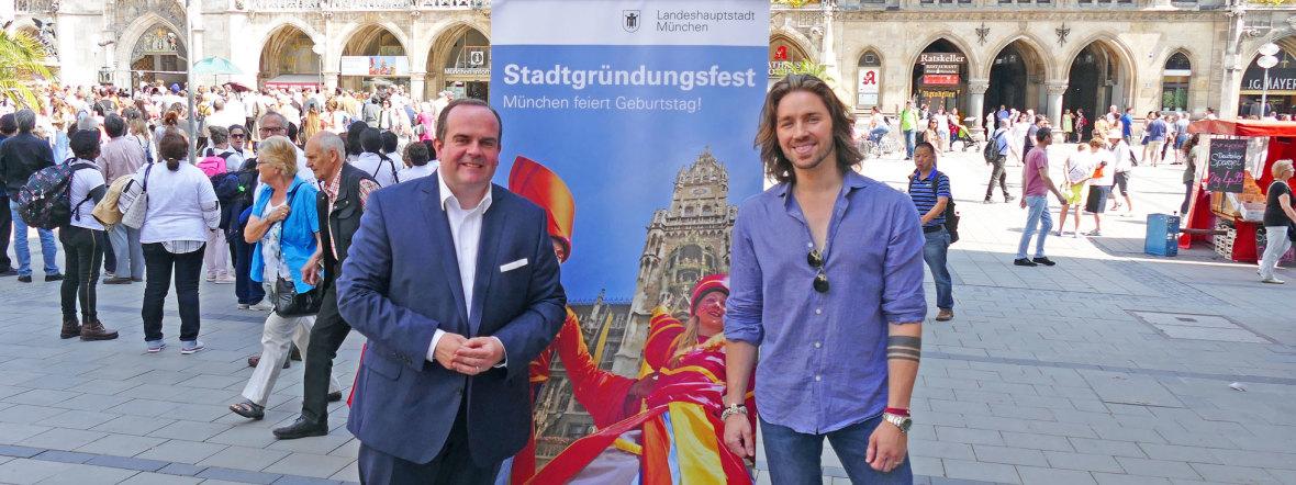 Clemens Baumgärtner, Referent für Arbeit und Wirtschaft, und Rockmusiker Gil Ofarim, Foto: muenchen.de/ Leonie Liebich