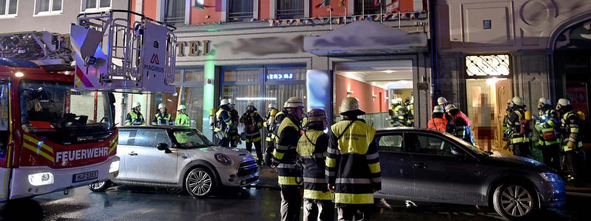 Feuerwehrleute vor Hotel in der Innenstadt., Foto: Berufsfeuerwehr München