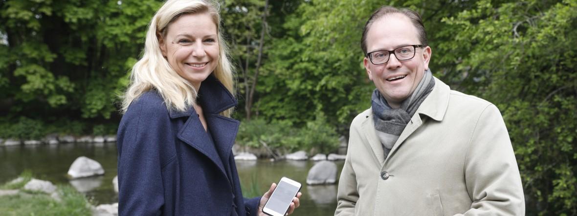 """Gesundheitsreferentin Stephanie Jacobs und Bürgermeister Manuel Pretzl präsentieren die App """"Würm entdecken"""", Foto: Referat für Gesundheit und Umwelt"""