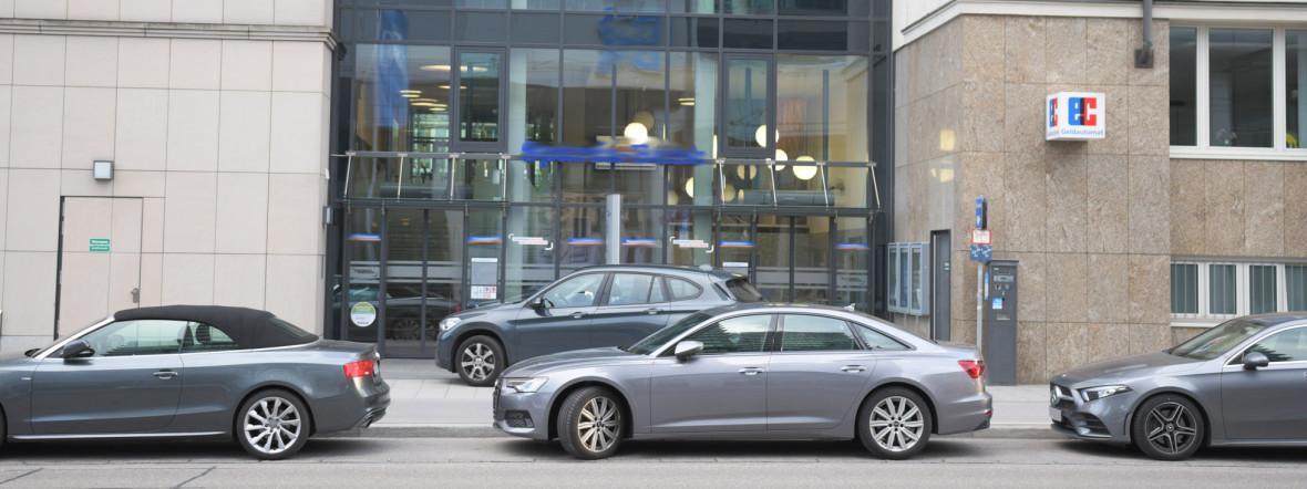 Zivile Polizeifahrzeuge vor der Bankfiliale., Foto: muenchen.de/Michael Hofmann