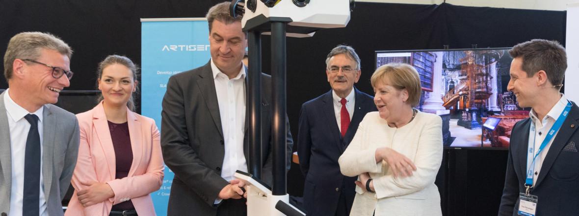 Die Bundeskanzlerin Angela Merkel beim Besuch des Lehrstuhl fuer Robotik und Systemintelligenz., Foto: Uli Benz / TU Muenchen