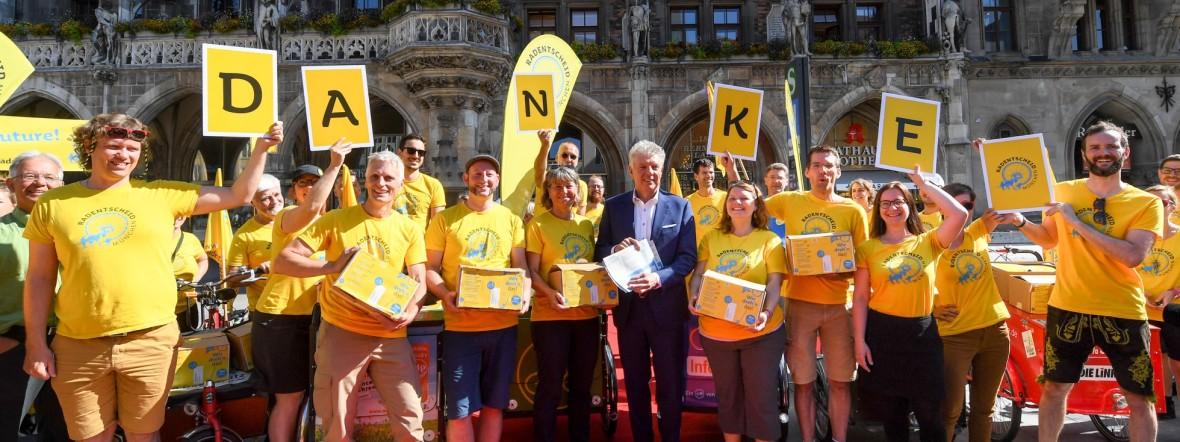 Bündnis Radentscheid übergibt Unterschriften an OB Dieter Reiter, Foto: Tobias Hase