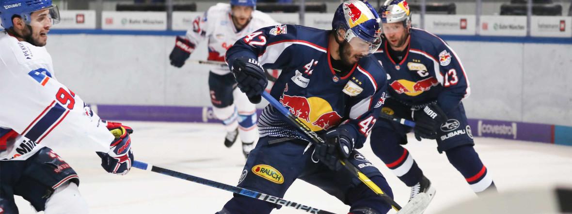 Spielszene im Spiel des EHC gegen Mannheim., Foto: Red Bull / Gepa Pictures