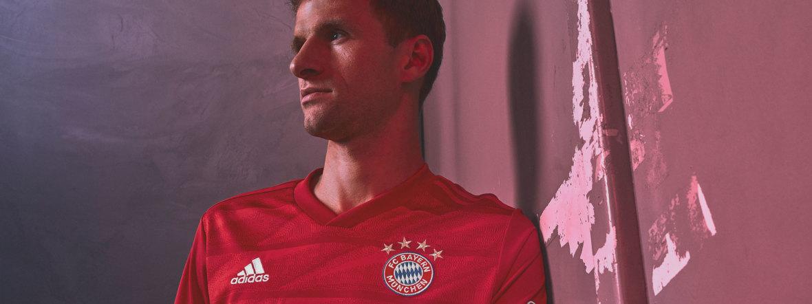 Thomas Müller präsentiert das neue Heimtrikot des FC Bayern für die Saison 2019/20, Foto: FC Bayern München