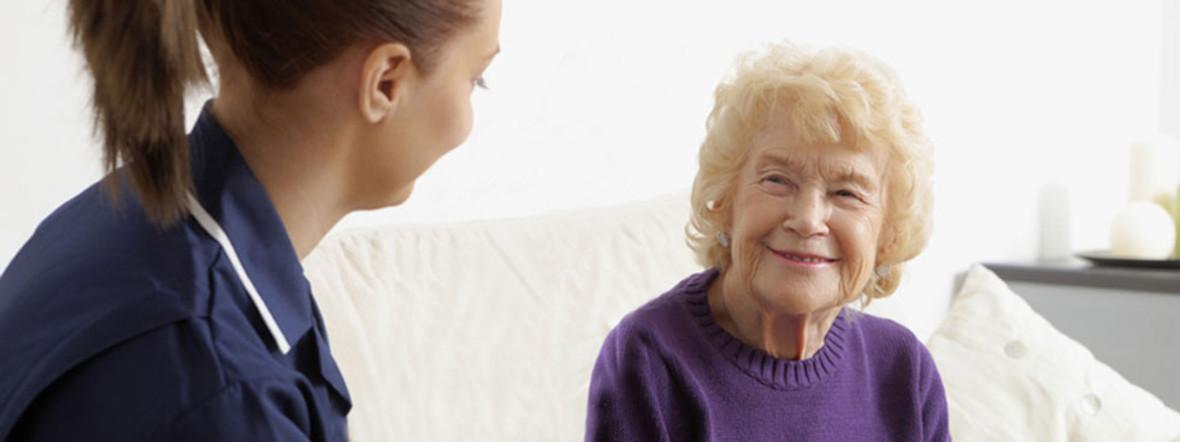 Pflegerin mit Seniorin., Foto: Shutterstock