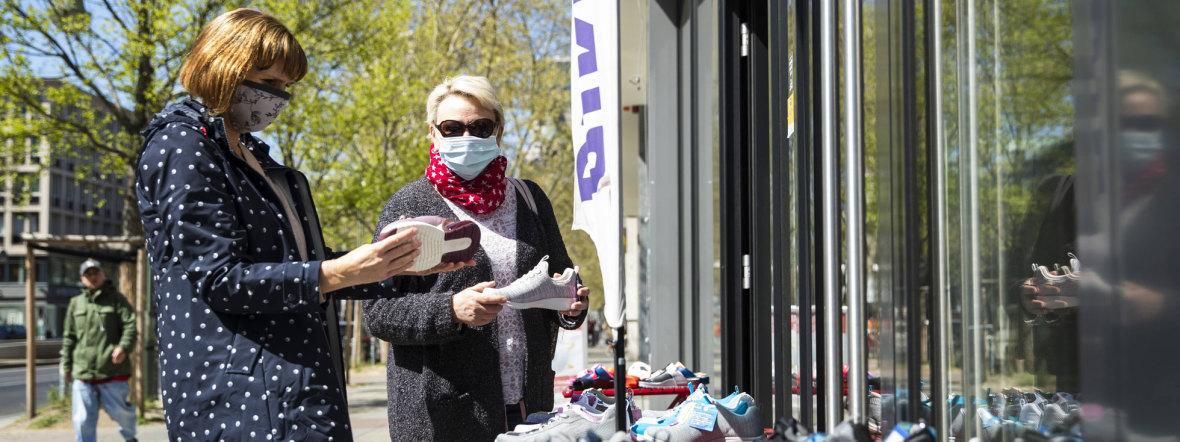 Frauen kaufen mit Mund-Nasen-Schutz ein, Foto: imago images/ Emmanuele Contini