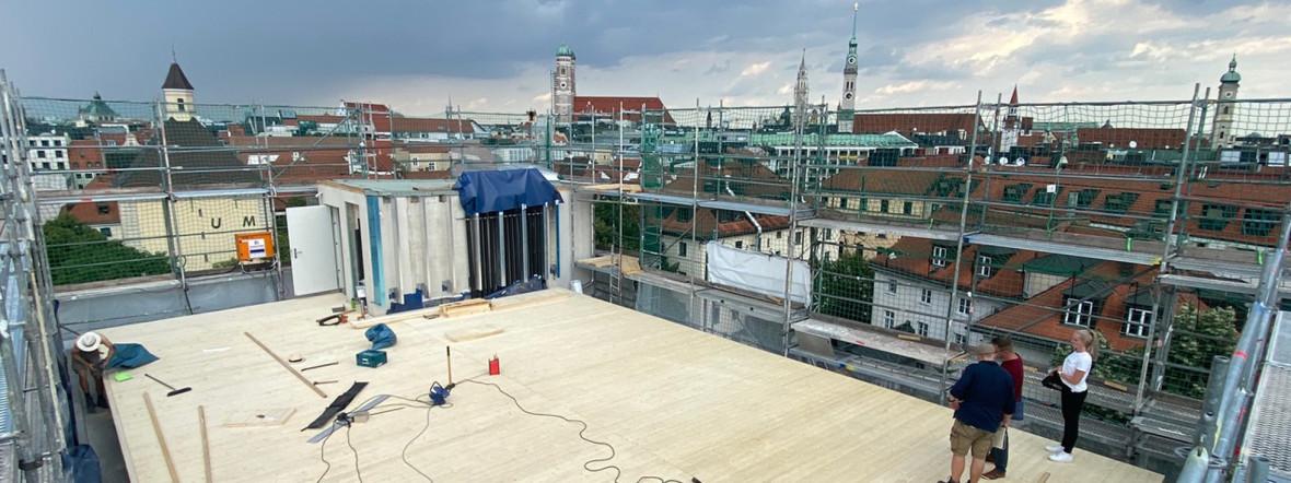 Noch laufen die Bauarbeiten auf dem Dachsportplatz, Foto: Bellevue di Monaco