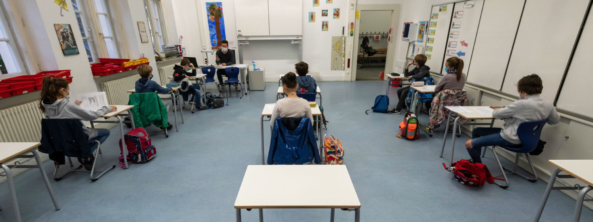 Schüler im Klassenzimmer mit Corona-Masken, Foto: Peter Kneffel / dpa