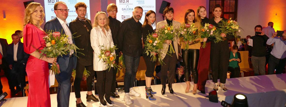 Alle Beteiligten am Münchner Modepreis und die glücklichen Gewinnerinnen, Foto: muenchen.de/Leonie Liebich
