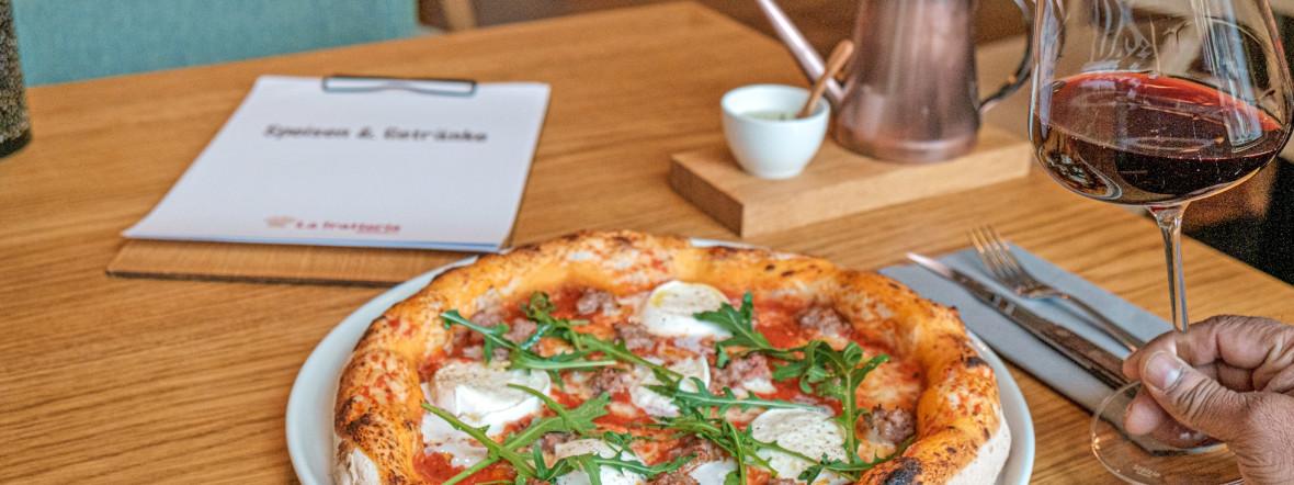 Die Pizza im Lokal La Trattoria, Foto: VollCorner Biomarkt GmbH