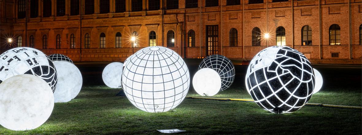Leuchtkugeln im Kunstareal, Foto: muenchen.de/Rico Güttich