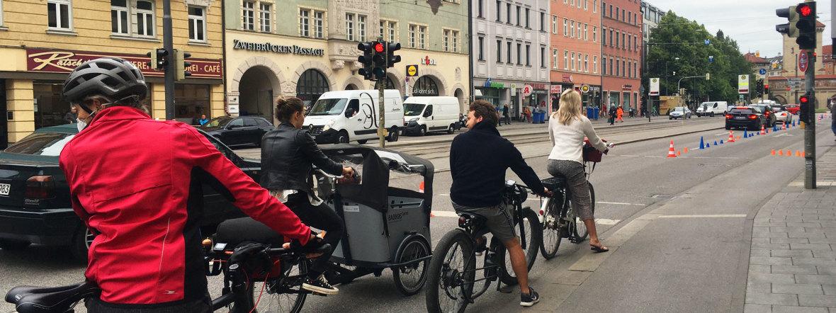 """Foto der Aktion """"temporärer Radweg"""" in der Zweibrückenstraße des ADFC, Foto: ADFC"""