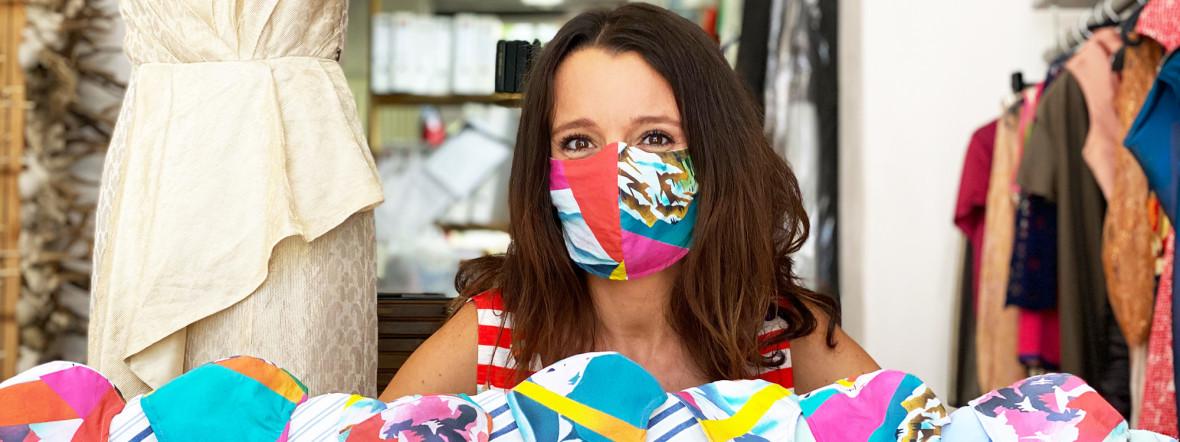 Svenja Jander mit Design-Stoffmasken, Foto: Gunnar Jans