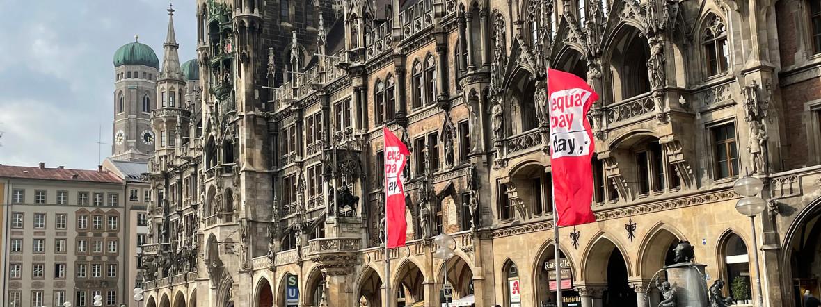 Equal Pay Day mit Flaggen am Münchner Marienplatz, Foto: Matthias Becker/muenchen.de