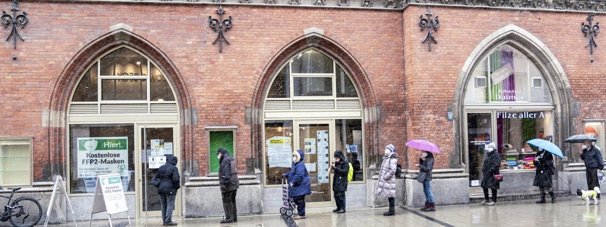 Kostenlose FFP2-Maskenausgabe für Senioren am Marienplatz, Foto: Rico Güttich