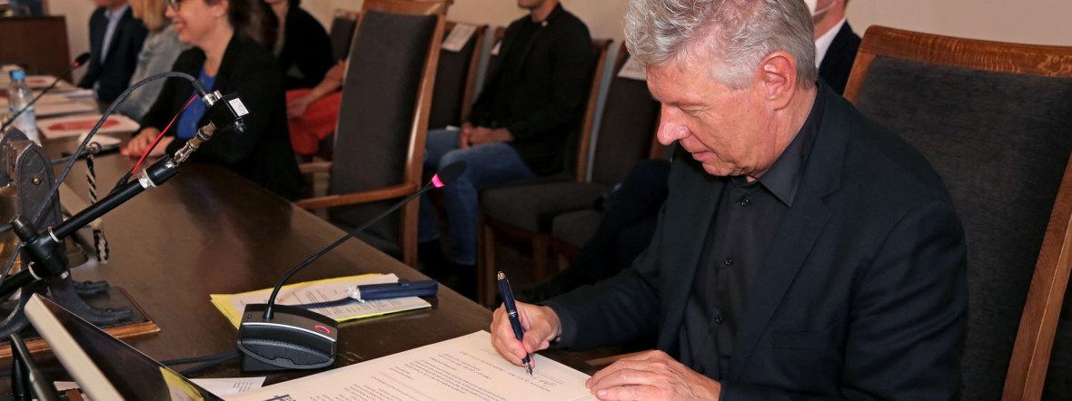 OB Reiter unterzeichnet die Urkunde für die Städtepartnerschaft mit Be'er Sheva, Foto: Michael Nagy/Presseamt München