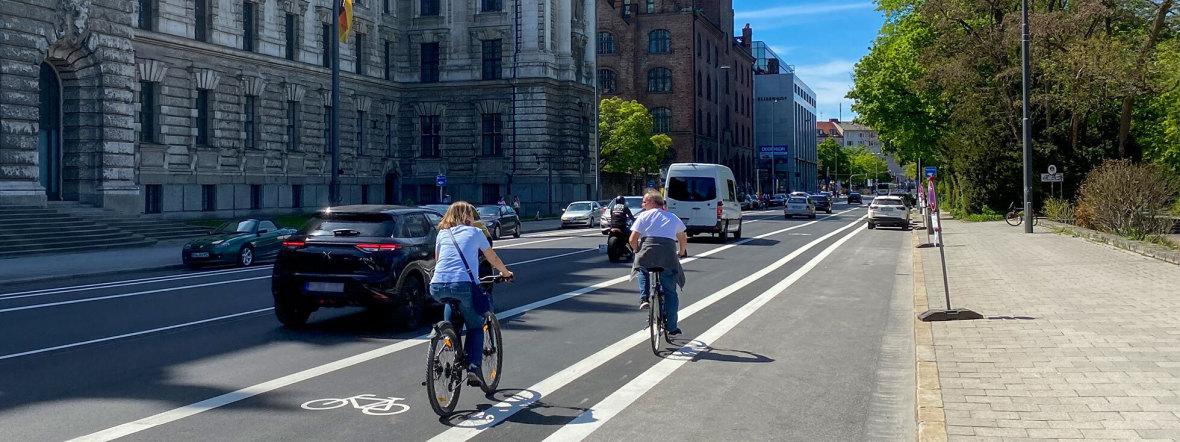 Der frisch markierte Radweg in der Elisenstraße im Mai 2021, Foto: muenchen.de / Michael Hofmann
