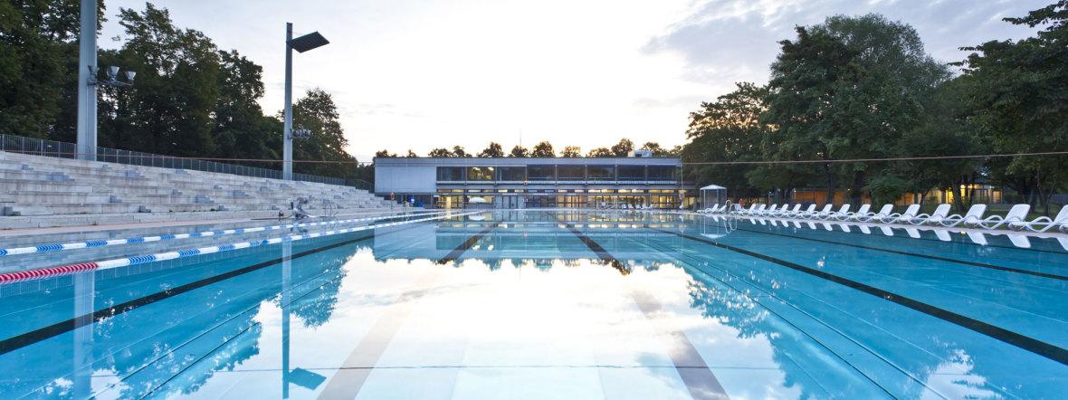 Großes Schwimmbecken im Dantebad ohne Schwimmer, Foto: Robert Goetzfried
